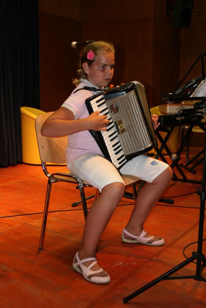 Eni izmed prvih nastopov učencev GŠ Lartko (12)