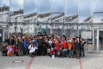 Po vrnitvi z Ljubljane še ena skupinska slikica pred stavbo, kjer je naša šola.