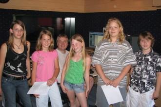 Slikica nekateih po studijskem snemanju.